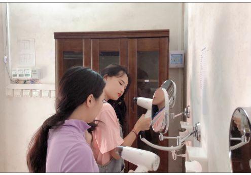 我院为女生设立专门的电吹风机使用点